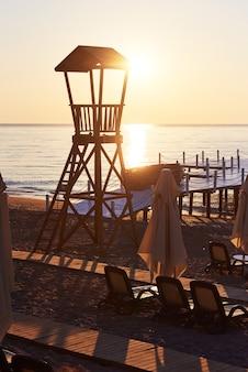 Cabaña de madera de playa para guardacostas. cielo emocionante