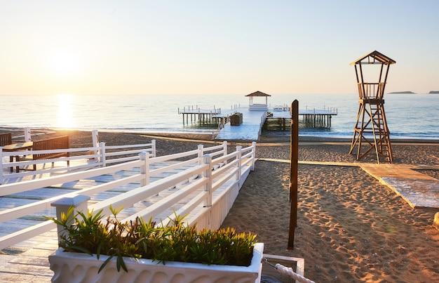 Cabaña de madera en la playa para guardacostas.