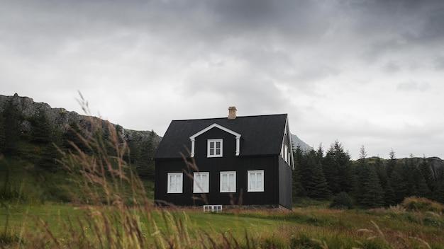 Cabaña negra solitaria en islandia