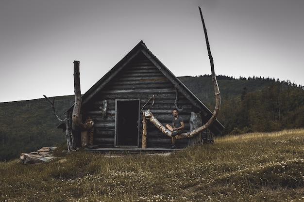 Cabaña de troncos montañas, refugio de montaña