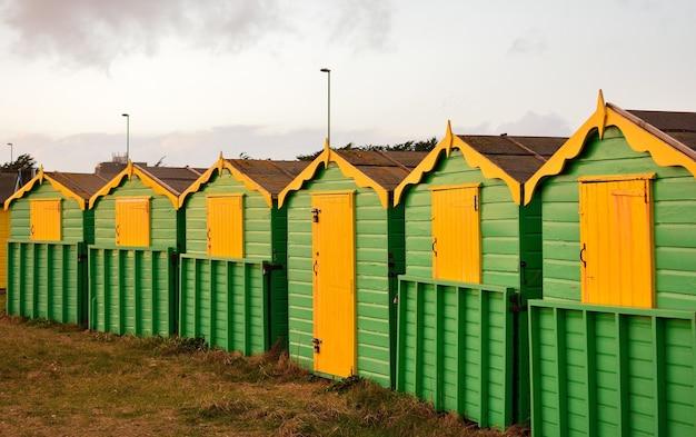 Cabañas de madera verdes y amarillas en la zona rural