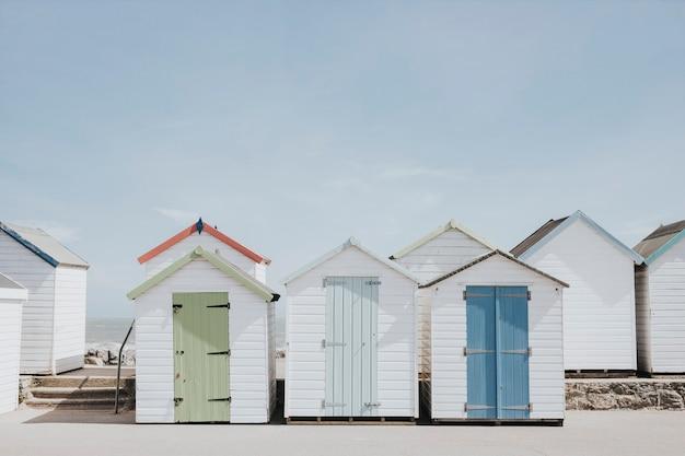 Cabañas de playa color pastel junto a la playa