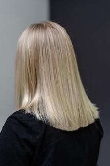 Cabello liso después del proceso de decoloración. mira desde atrás. concepto de cuidado del cabello