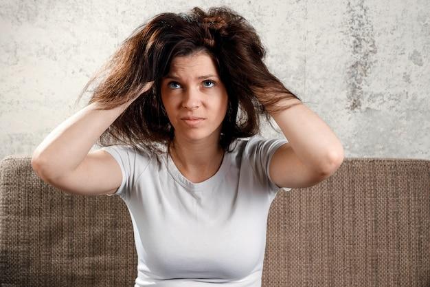 Cabello de mujer, mujer con cabello despeinado