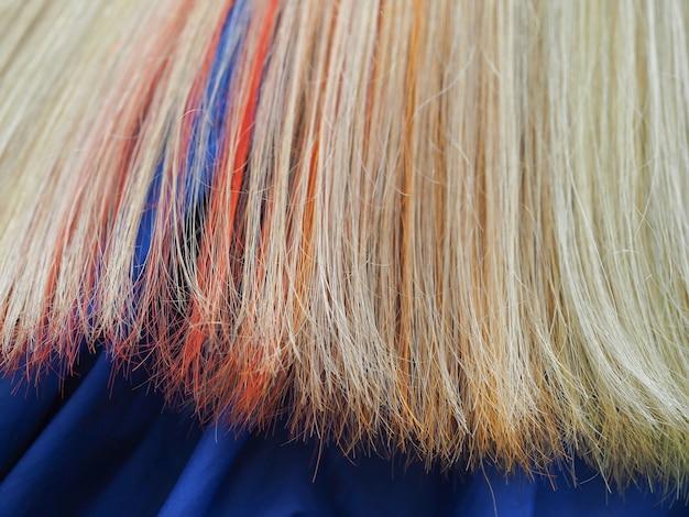 Cabello multicolor. tinción coloreada del cabello.