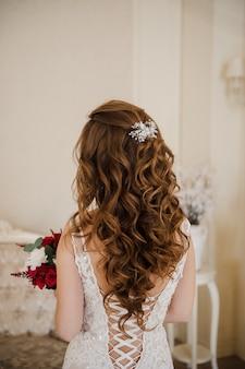 El cabello de la novia. vista desde atrás. cerraduras.