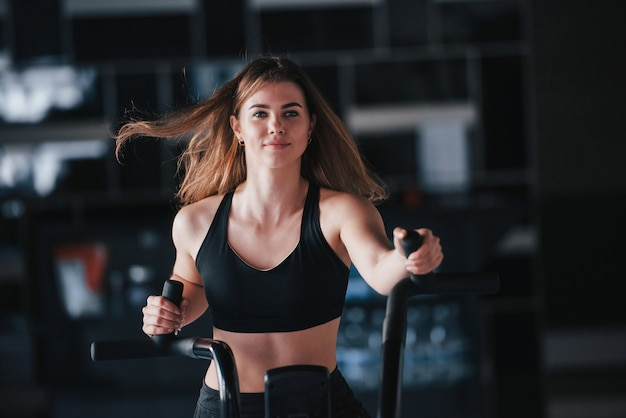 Cabello volador. hermosa mujer rubia en el gimnasio en su fin de semana