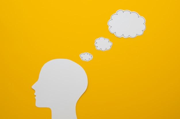 Cabeza blanca con concepto de idea de burbuja de discurso