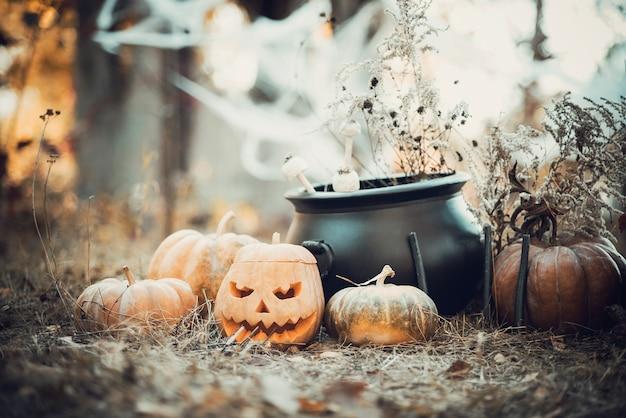 Cabeza de calabaza fantasmagórica linterna en el bosque oscuro. festividad de todos los santos