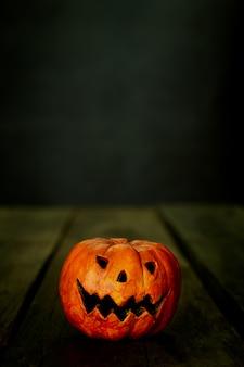 Cabeza de calabaza de halloween jack linterna en la mesa