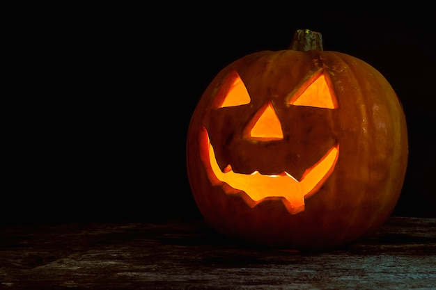 Cabeza de calabaza de halloween jack linterna sobre fondo de madera