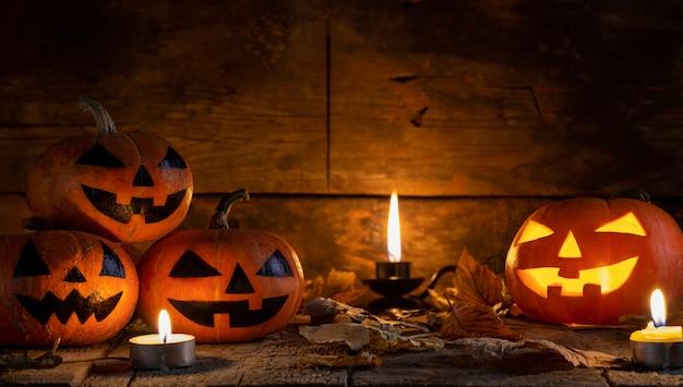 Cabeza de calabaza de halloween jack o linterna en mesa de madera.
