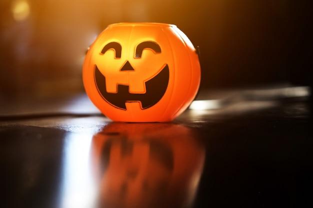 Cabeza de calabaza de halloween con luz dorada en la noche oscura bakckground