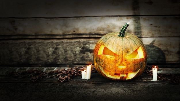 Cabeza de calabaza de halloween con velas encendidas