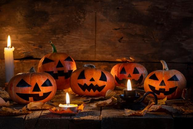Cabeza de calabazas de halloween jack o linterna en mesa de madera