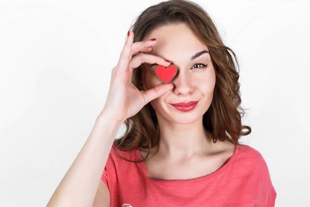 La cabeza de castañas corazón del ojo con encanto