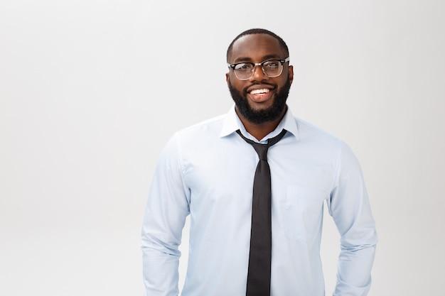 En la cabeza del exitoso sonriente empresario afroamericano alegre ejecutivo elegante compañía líder