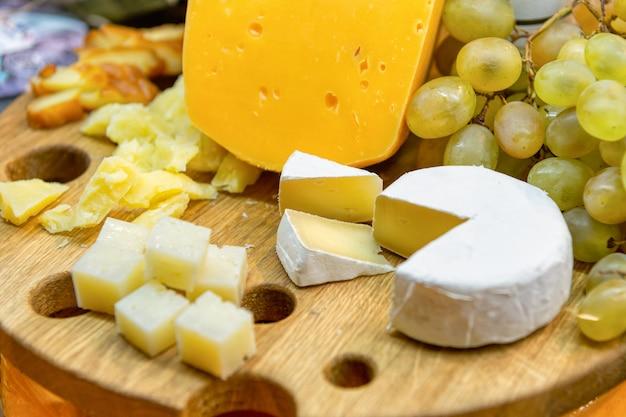 Cabeza de queso y queso cortado en cubitos y en rodajas