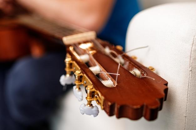 Cabezal de guitarra con engranaje .ring en guitarrista borroso