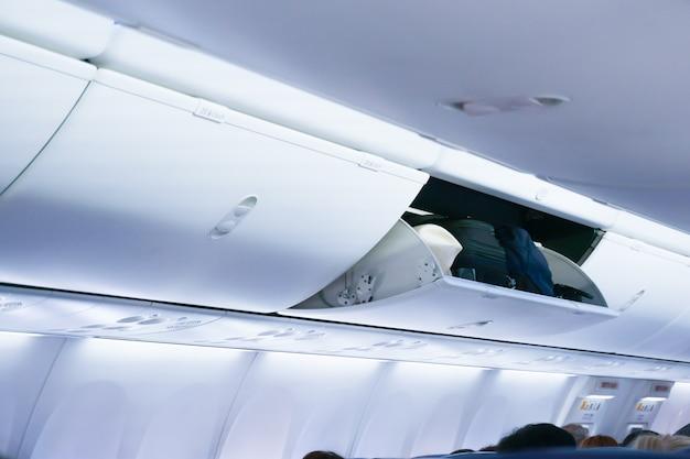 Cabina de avión con los compartimentos de equipaje