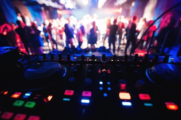 Cabina de mezclador y dj en la discoteca en la fiesta