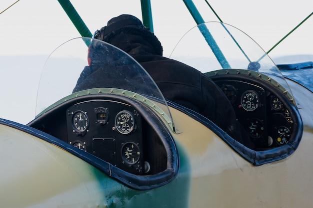 Cabina y tablero de un avión retro, pasatiempos en la aviación.