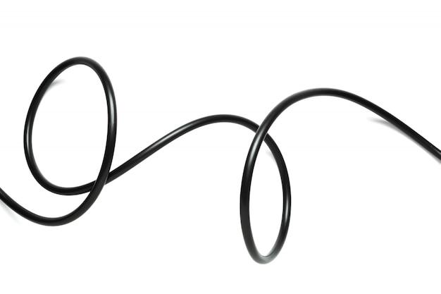 Un cable de alambre negro aislado sobre un fondo blanco.
