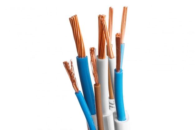 Cable apantallado eléctrico con muchos cables aislados en blanco