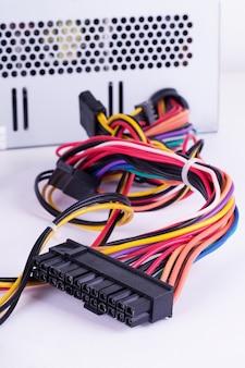 Cable de color sobre fondo blanco.