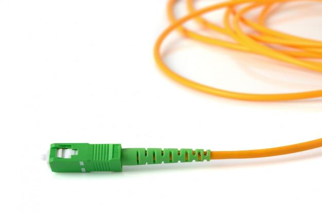 Cable de fibra óptica sobre fondo blanco