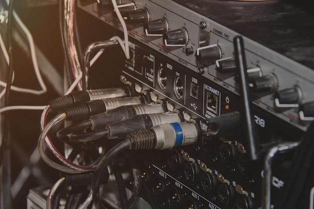 Cable de jacks de audio enchufado en consola mezcladora.