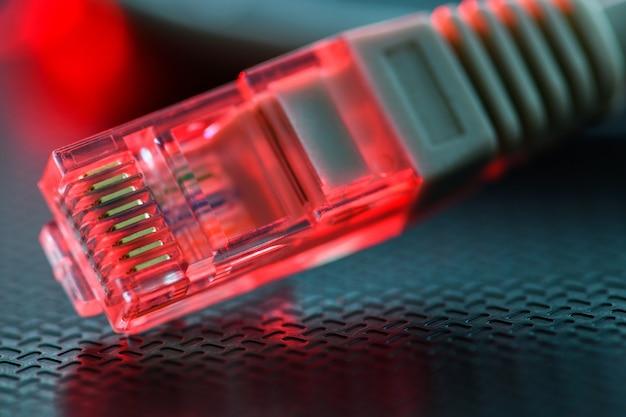 El cable local se encuentra en la superficie acanalada resaltada en rojo
