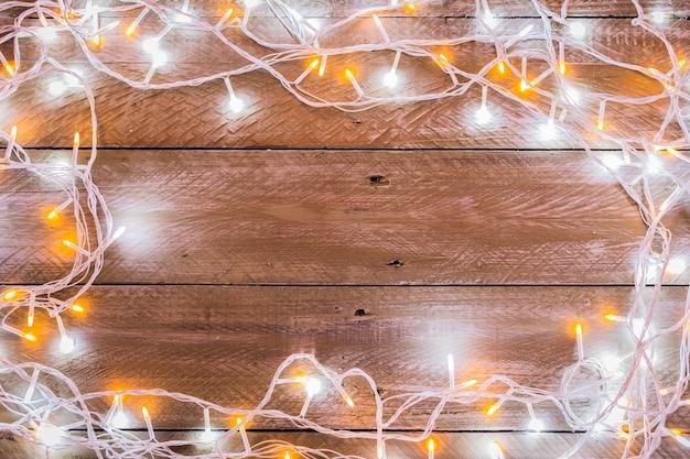 Cable de luz de navidad en el fondo del piso de madera