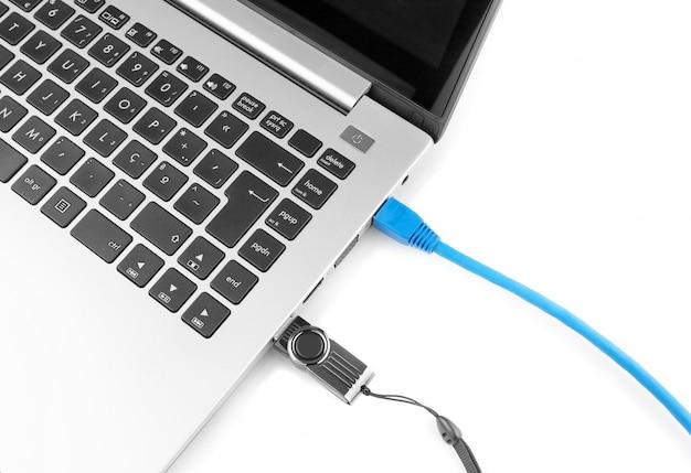 Cable de red para conectar la red a la computadora portátil y al pen drive de internet usb. vista desde arriba.