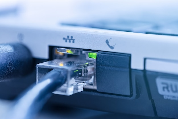 Cable de red lan conectado al puerto rj-45 portátil de cerca