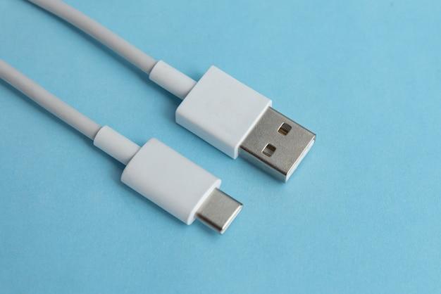Cable usb tipo c sobre fondo azul.