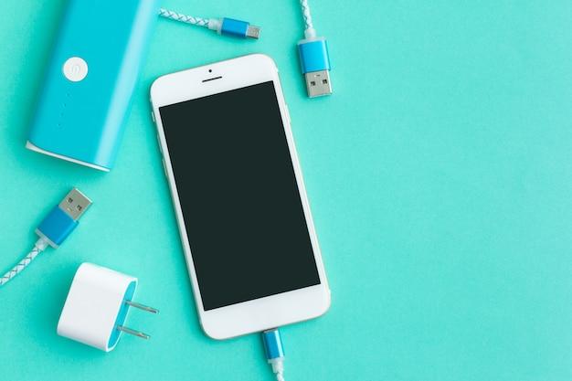 Cables de carga usb para teléfonos inteligentes y tabletas en la vista superior