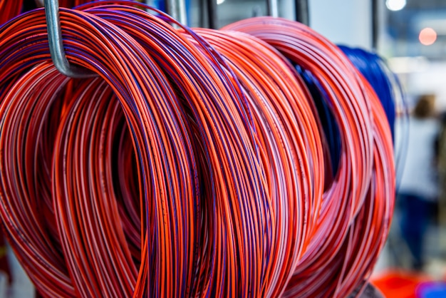 Cables e hilos de telecomunicaciones de colores.