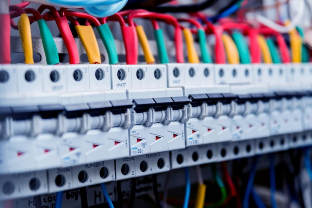Cables e interruptores en caja eléctrica.
