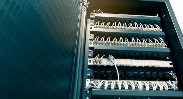 Los cables de red ethernet se conectan para cambiar el rack del servidor en el centro del centro de datos de la universidad