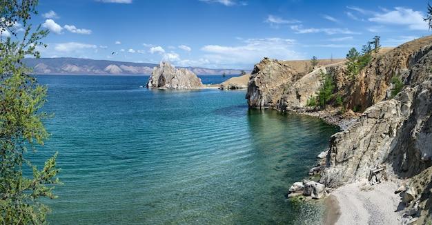 Cabo burhan y shaman rock en la isla de olkhon en el lago baikal, rusia