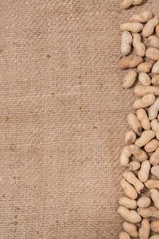 Cacahuetes en un fondo de arpillera