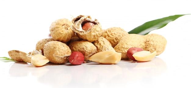 Cacahuetes frescos en blanco