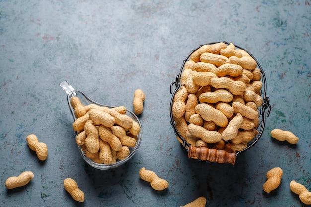 Cacahuetes orgánicos crudos con cáscara.