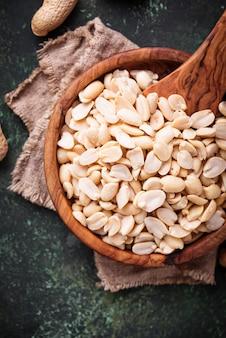 Cacahuetes pelados crudos en un tazón