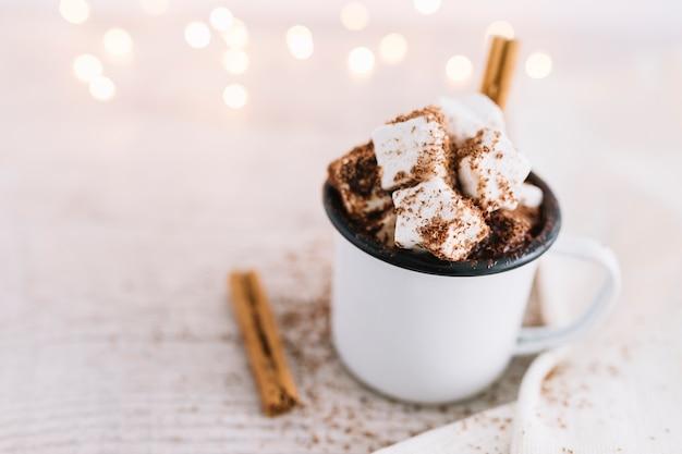 Cacao caliente con malvaviscos en taza blanca.