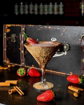 Cacao en copa de coco sobre la mesa