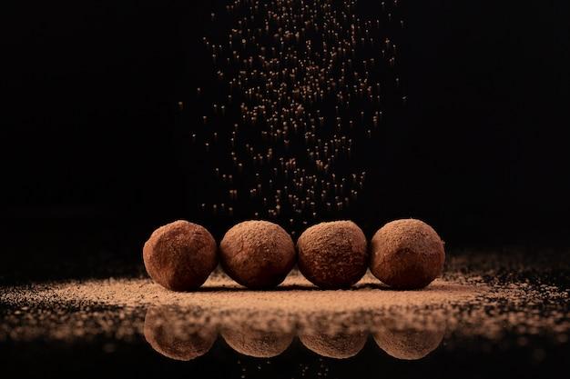 Cacao espolvoreado sobre trufas