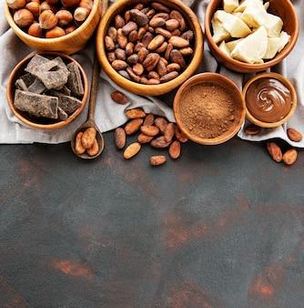 Cacao en grano, mantequilla y chocolate.