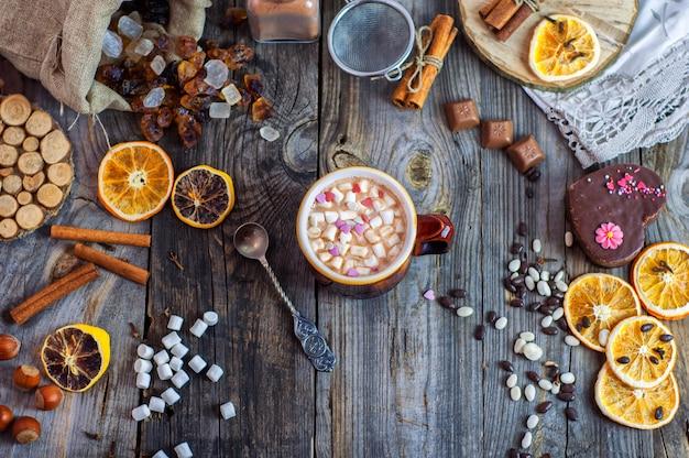 Cacao con malvaviscos y una cuchara de hierro.